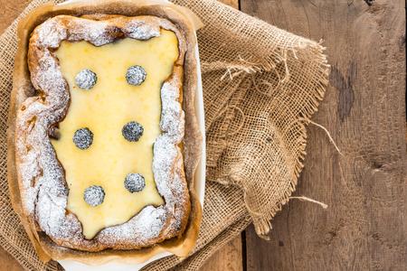 bovenaanzicht van eclair cake in braadpan schotel met bramen op houten lijst