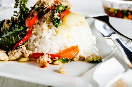 Thaise kruidig voedsel basilicum varkensvlees gebakken met rijst en chili vissaus, Pad Kra Pao moo Stockfoto