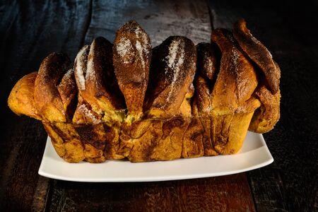 levadura: pastel de levadura alemana llamada Zupfkuchen hizo con canela y azúcar masa de levadura