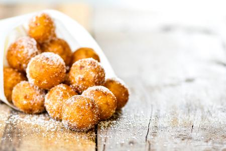 Snack im thailändischen Stil, Kai Hong oder gebratene Süßkartoffelbällchen mit Zucker auf Holzhintergrund.