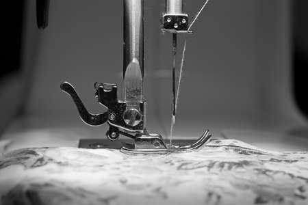 maquina de coser: M�quina de coser y el tema de la ropa Foto de archivo