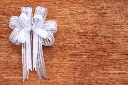 mo�o blanco: White Bow on Old Wood Background
