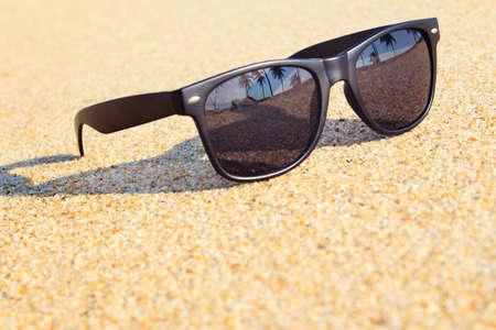 anteojos de sol: Gafas de sol en la playa Foto de archivo