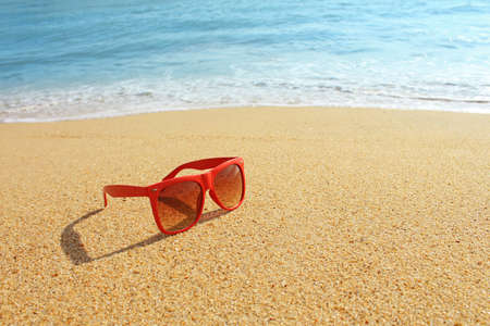 eye red: Red sunglasses on the beach
