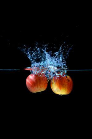 manzana agua: Red salpicaduras de agua de manzana. Foto de archivo