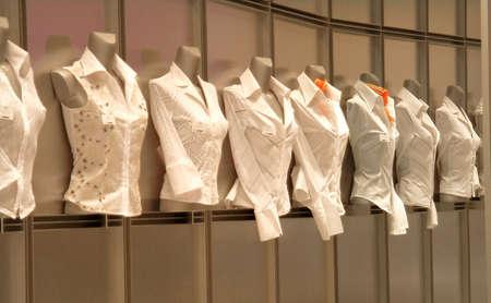 specialized job: Ocho blusas blancas en shopwindow  Foto de archivo