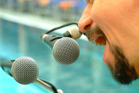 incarnadine: two microphones mit mann Stock Photo