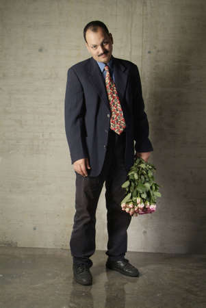 masculin: a sad man with a bouquet of roses