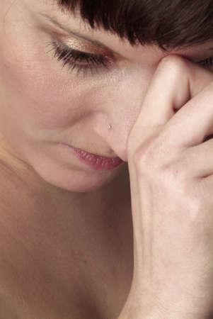 desconfianza: un retrato de una mujer joven y triste