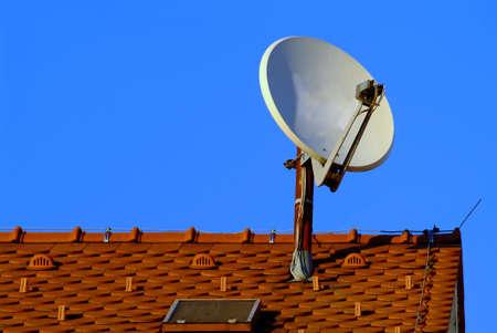 rooftile: Un bianco antenna parabolica sul tetto rosso  Archivio Fotografico