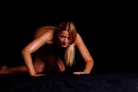 naket Frauen mit dem blonden langen Haar auf einem schwarzen backround Stockfoto - 779382