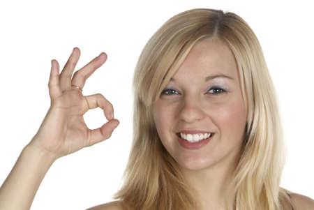een jonge blonde vrouw toont met haar vingers dat alles is ok Stockfoto