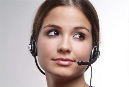 outwork: J�venes de amistad con una mujer auricular en la cabeza
