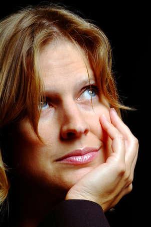 esplicito: Una bella donna sostiene testa mano mentre con il pensiero