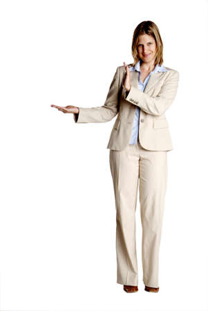 een jonge vrouw met het bedrijfsleven wit pak toont