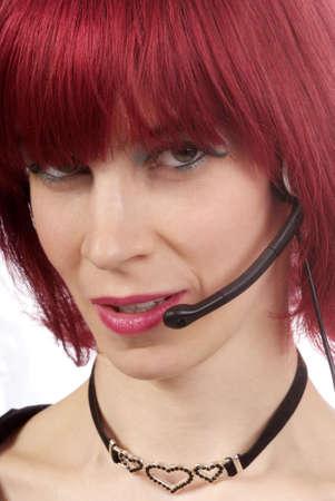 outwork: un partido amistoso mujer con el pelo rojo y auriculares