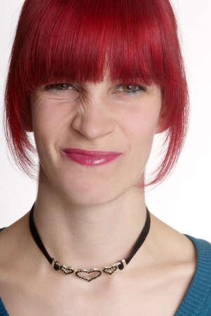 esplicito: una giovane donna con i capelli rossi si trasforma naso