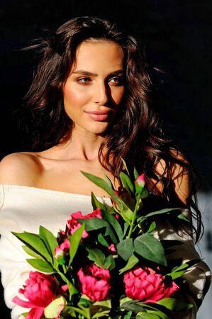 Fille avec des fleurs sur fond noir Banque d'images - 48448683