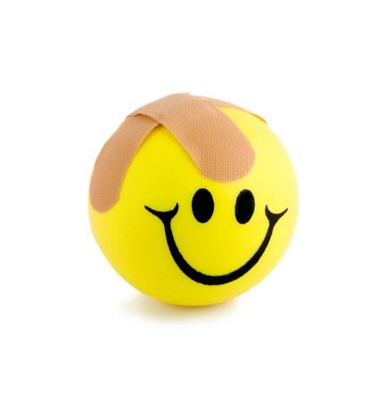 primeramente: Curitas pelota sonriente close-up aisladas sobre fondo blanco