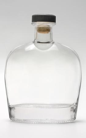 fles glas reflectie op een grijze achtergrond