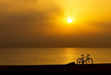 sillhouette of bicycle at summer morning on the beach Zdjęcie Seryjne