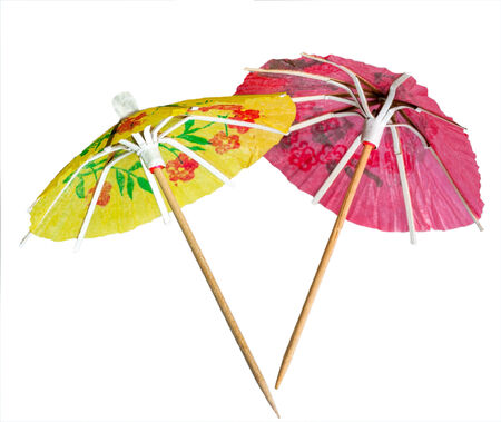 paper umbrella: Rice decorazione della carta ombrello per cocktail isolato