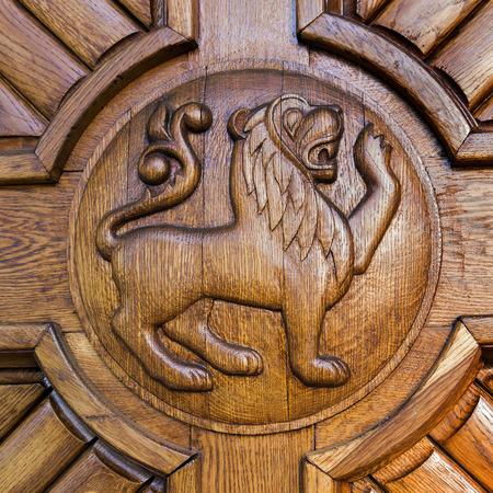 muebles de madera: obra Lion adorno de puerta principal Foto de archivo