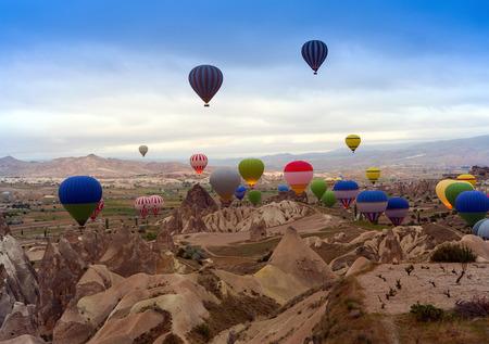터키. 일출 산 Cappadocia.Turkey에서 뜨거운 공기 풍선.