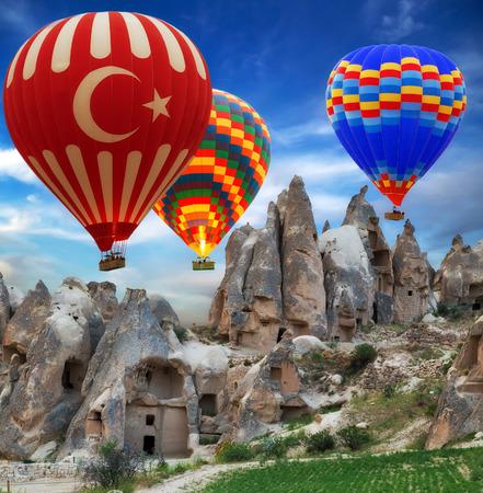 뜨거운 공기 풍선 터키 플래그 비행 산 계곡 카파도키아 터키