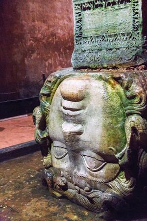 cisterna: Estatua gorgona Medusa. La cisterna de agua subterr�nea Cisterna Bas�lica Yerebatan mostrando apoyo columna de la cabeza de Medusa.