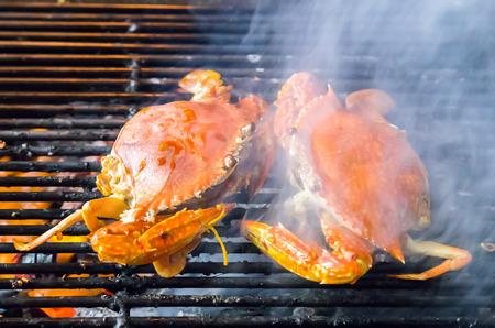 cangrejo: cangrejos camarones en mariscos parrilla de carbón. fondo comer restaurante Foto de archivo