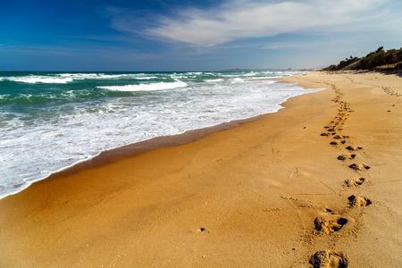Voetafdrukken in het zand strand, Lange weg in duin Stockfoto