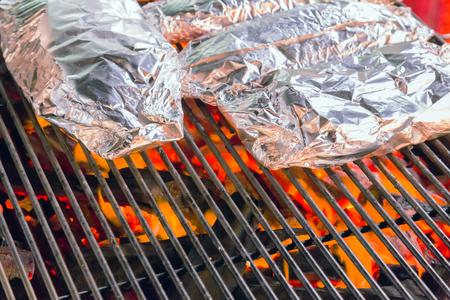 alimentos en papel de aluminio, Parrillera fondo de cocción comer restaurante Foto de archivo