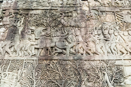 bas: Old Khmer art carvings Bas-relief on the wall in Angkor Wat temple. Siem Reap town, Cambodia. Historic Khmer bas relief legend scenes. Stock Photo
