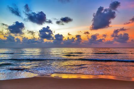 tropical chaud ciel coucher de soleil sur la plage de la mer fond.