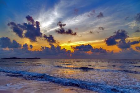 Chaud ciel coucher de soleil sur seascape Banque d'images - 43411398