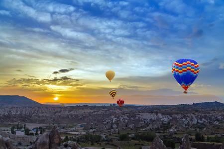 turquia: Caliente descubrimiento globos de aire atardecer Capadocia, Turqu�a Foto de archivo