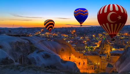 뜨거운 공기 풍선 비행 아침 괴레메 풍경 카파도키아 터키 스톡 콘텐츠