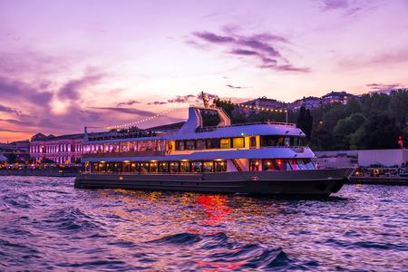 boot varen in de nacht naar de Bosporus, Istanbul, Turkije