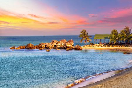 clima tropical: Salida del sol del mar Paisaje tropical, playas rocosas de granito en el mar tropical. verano paisaje