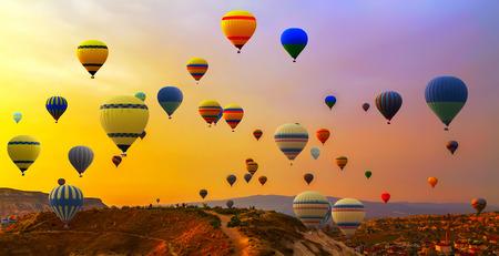 Heteluchtballonnen landing in een berg Cappadocia Goreme National Park Turkije. Stockfoto - 58740397