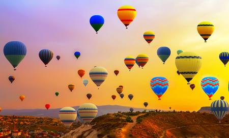 Los turistas que viajan el globo de aire caliente globos de aire panorama panorama Foto de archivo - 85387301