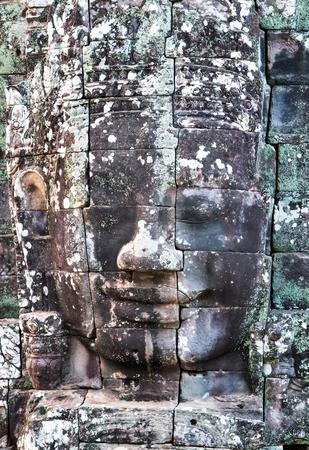 Le visage de sourires de pierre Le roi Jayavarman VII se dirige vers Prasat Bayon, le temple Khmer construit à la fin du 12ème ou au début du 13ème siècle et situé dans la ville antique d'Angkor, aujourd'hui Cambodge. Banque d'images - 85685422