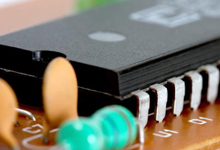 transistor: Chip electrónico a bordo aislado sobre fondo blanco Foto de archivo