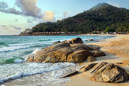 Tropische rock strand en zee zomer natuur landschap vakantie concept aard achtergrond