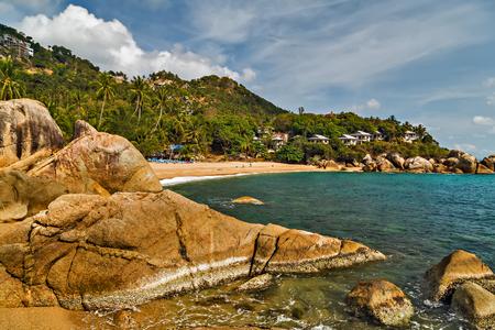 Overzees de zomerlandschap, Tropisch rots Coral Cove-strand met kokosnotenpalmen. Koh Samui, Thailand.