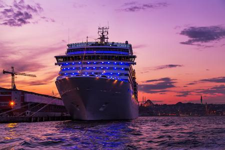 Cruises ocean liner sailing in to Bosphorus Strait that separates the Black Sea and the Sea of Marmara, Istanbul, Turkey. Imagens