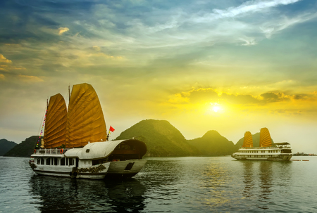 asian floating scenic view during sunset time landscape Ha Long Bay, Vietnam. Imagens
