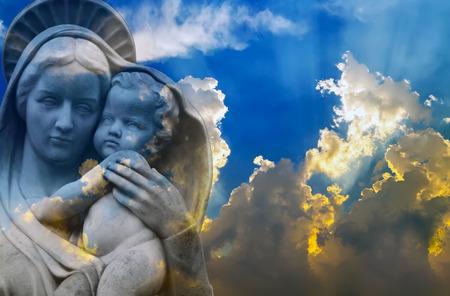 Vierge Marie, Vierge à l'Enfant Jésus, Vierge Mère de Dieu dans le ciel bleu clair de Pâques avec nuage