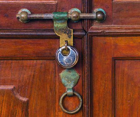 Fragment einer alten schäbigen Holztür, Vintage Türgriff alte Bolzenholztüren